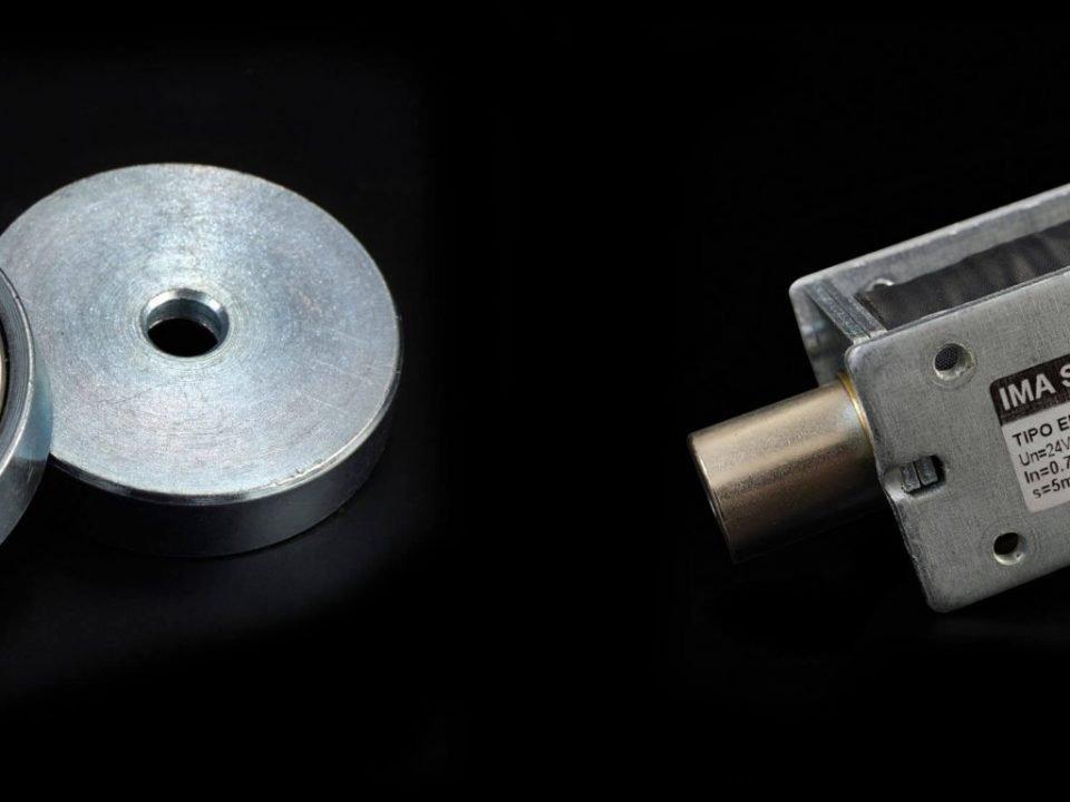 Permanentmagneten und einem Elektromagneten
