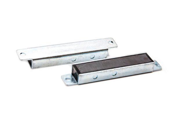 Fechos magnéticos de ferrite com carcasa
